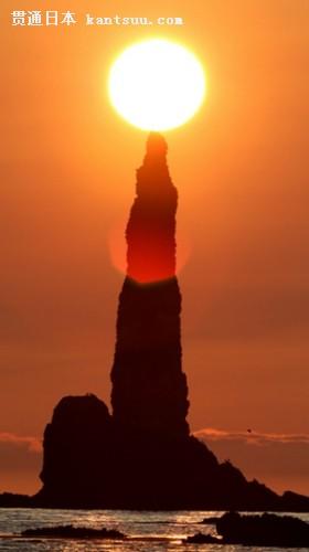 """日本北海道西部积丹半岛现奇观""""蜡烛岩""""点燃朝霞景色壮美"""