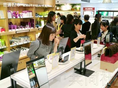 图为大丸百货京都店开设的自助式化妆品柜台。(日本共同社)