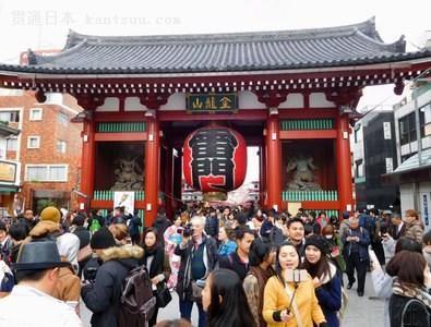 中国侨网图为挤满外国游客的东京浅草寺雷门。摄于2016年12月。(日本共同社)