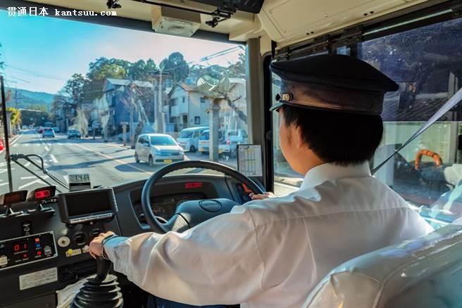 日本巴士司机的工作态度,不只笑脸待客、亲切,敬业态度也让外国旅客印象深刻。(图/shutterstock提供)
